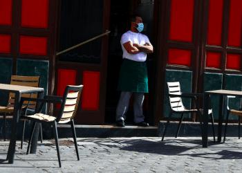 Un camarero con mascarilla protectora espera a los clientes en su terraza en medio del brote de la enfermedad por coronavirus (COVID-19) en Madrid