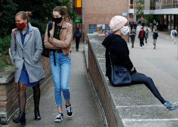 Se ve a estudiantes con mascarillas protectoras antes del toque de queda impuesto por las autoridades locales en la ciudad universitaria de Louvain-La-Neuve en medio del brote de la enfermedad por coronavirus (COVID-19)