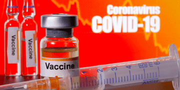 """Pequeños frascos etiquetados con pegatinas de """"Vacuna"""""""
