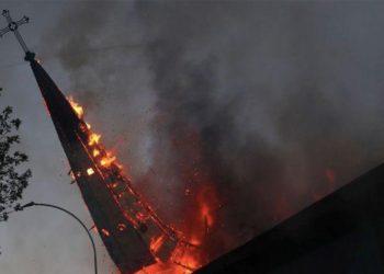 Protestas en Chile terminaron en el incendio de dos iglesias de Santiago / REUTERS