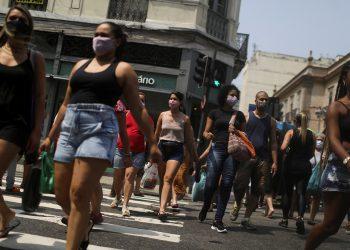 Declaración de científicos piden acabar con el confinamiento / Gente camina por el mercado callejero de Saara, en medio del brote de la enfermedad por coronavirus (COVID-19), en Río de Janeiro, Brasil / REUTERS