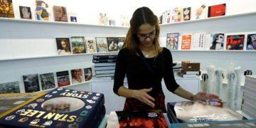 Una trabajadora clasifica libros durante los preparativos para la feria del libro de Fráncfort en 2019 / Foto archivo / REUTERS