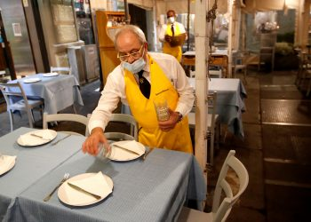 Profesor de Hardvard asegura que hay que ir hacia la inmunidad. A waiter clears a table at a restaurant after the southern Italian region of Campania made it mandatory for bars and restaurants to close at 11.00.p.m. (2100GMT), as part of the efforts to contain the coronavirus disease (COVID-19)/ REUTERS