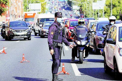 Un oficial de la Policía Nacional española con mascarilla en un control de tránsito en Madrid / REUTERS