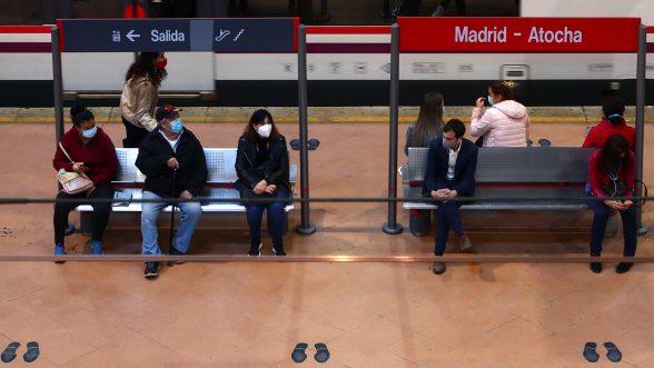 Viajeros con mascarillas protectoras esperan en un andén en la estación de tren de Atocha durante un bloqueo parcial en medio del brote de la enfermedad del coronavirus (COVID-19), en Madrid, España/REUTERS