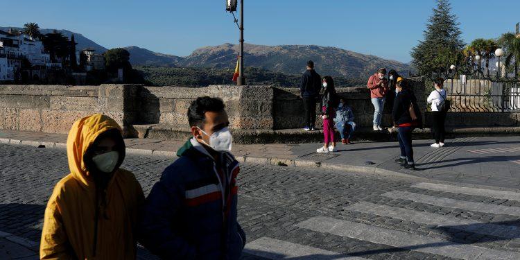 Personas con mascarillas protectoras caminan por el Puente Nuevo, en medio de la enfermedad del coronavirus (COVID-19)/REUTERS