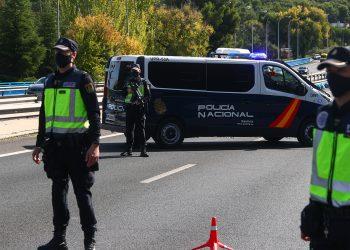 Policías nacionales se encuentran trancando una vía durante el confinamiento parcial en Madrid/REUTERS