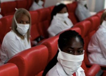 Misión cubana de médicos participa en una ceremonia de despedida antes de partir a Kuwait para ayudar, en La Habana, Cuba/REUTERS