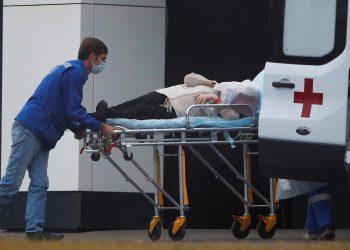 Estudio muestra nuevos resultados sobre pacientes de la COVID-19. Especialistas médicos transportan a una persona en camilla a una ambulancia fuera de un hospital para pacientes infectados con la enfermedad del coronavirus (COVID-19) en las afueras de Moscú, Rusia / REUTERS