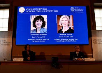 mágenes de Emmanuelle Charpentier y Jennifer A. Doudna, ganadoras del Premio Nobel de Química 2020, se muestran en una pantalla durante la conferencia de prensa anunciando a los galardonados, en la Real Academia Sueca de Ciencias, en Estocolmo, Suecia / REUTERS