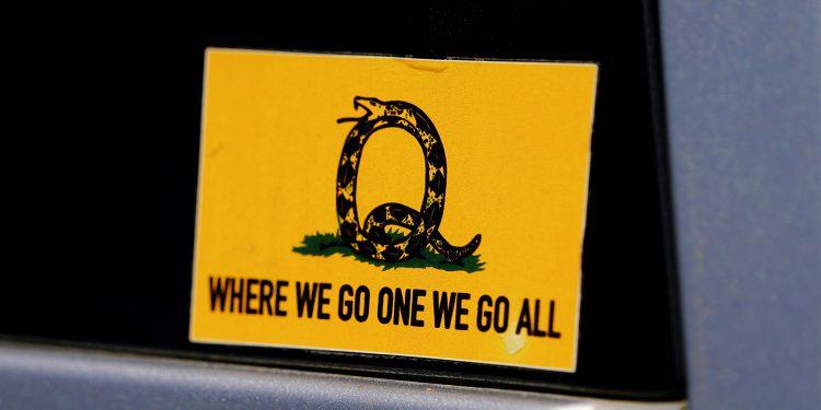 Una pegatina que hace referencia al eslogan de QAnon se ve en un camión que participó en un convoy de caravanas en Adairsville, Georgia, EE. UU/ REUTERS