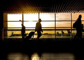 Aeropuerto hombre viajero