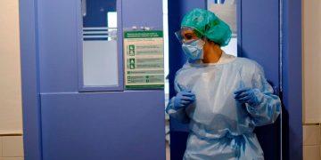 Los médicos españoles se oponen al decreto 29/2020 para hacerle frente a la crisis de la COVID-19 porque atenta contra los cimientos del sistema sanitario / REUTERS