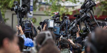 Multitud cámara periodistas
