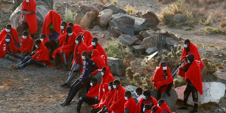 Entre la noche del domingo y la madrugada del lunes llegaron 401 inmigrantes a las costas de las Canarias a bordo de pateras / REUTERS