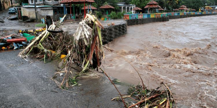 La basura y los escombros se ven en el río Masachapa después de que el huracán Eta azotara la costa caribeña de Nicaragua en Masachapa