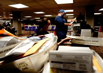 Recuento de las papeletas de voto en ausencia en Milwaukee Central Count