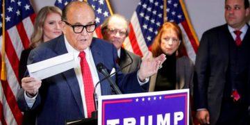 Rudy Giuliani, líder del equipo de abogados de Trump, presentó en una conferencia de prensa algunas de las evidencias de fraude electoral que manejan / REUTERS