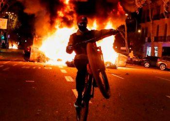En varias ciudades de España las personas manifestaron en contra de las restricciones durante la segunda ola de contagios de la COVID-19. Los negacionistas también salieron a las calles / REUTERS