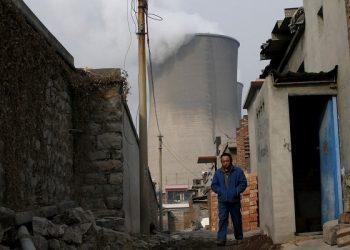 Una torre de enfriamiento en una planta operada con carbón en la provincia de Hebei, China. Hay más de 4,3 millones de trabajadores en las minas de carbón del país | REUTERS /Kim Kyung Hoon