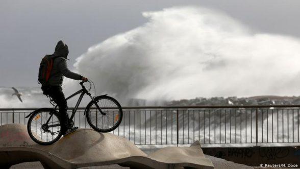 Se esperan grandes olas, algunas incluso de 10 metros debido a la borrasca Dora / REUTERS