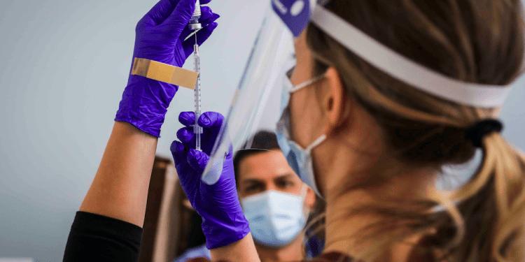 Las vacunas COVID-19 se administran en Boston Medical Center en Boston.