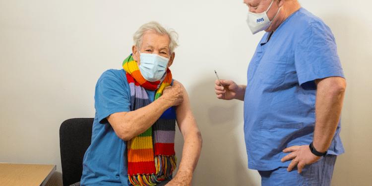 El actor Ian McKellen recibe la vacuna COVID-19 en el Queen Mary University Hospital, en Londres