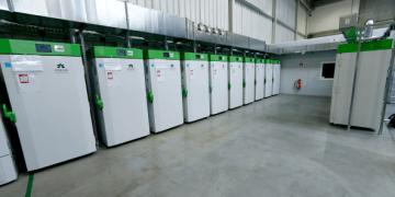 Los refrigeradores ultrafríos llenos de vacunas contra la COVID-19 en una instalación de almacenamiento secreta en el área de Rhein-Main, Alemania, el 4 de diciembre de 2020 | REUTERS /Ralph Orlowsk