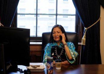 Joe Biden nominó a Deb Haaland como secretaria de Interior, a cargo de recursos naturales públicos y la relación con comunidades tribales / REUTERS
