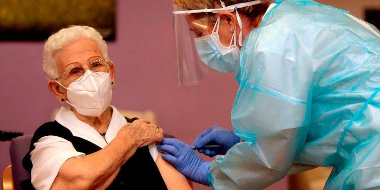 Arrancó la vacunación contra la COVID-19 en Europa. En España comenzaron en Guadalajara, en una residencia de mayores / REUTERS