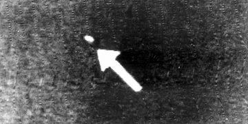 """La flecha apunta a un supuesto """"platillo volador"""" en el cielo sobre Seattle (1947). (Foto de archivo)"""