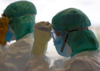 Los médicos se ponen su equipo de protección personal antes de atender a los pacientes durante la pandemi