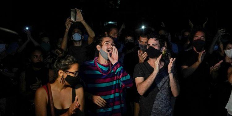 La gente se reúne frente al Ministerio de Cultura para solidarizarse con los artistas disidentes y exigir un diálogo sobre los límites a la libertad de expresión, en La Habana, Cuba, el 27 de noviembre de 2020. REUTERS / Alexandre Meneghini