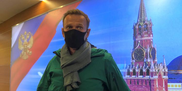 El líder de la oposición rusa Alexei Navalny habla con periodistas a su llegada al aeropuerto Sheremetyevo en Moscú, Rusia, el 17 de enero de 2021. REUTERS / Polina Ivanova