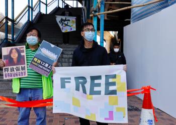 Los partidarios de la democracia protestan para pedir la liberación de 12 activistas de Hong Kong arrestados cuando, según los informes, navegaban a Taiwán en busca de asilo político y al periodista ciudadano Zhang Zhan frente a la Oficina de Enlace de China, en Hong Kong.