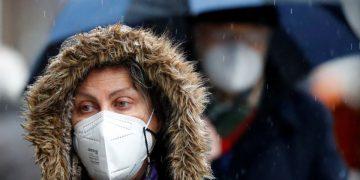 Una mujer con una mascarilla FPP2 en medio de la pandemia de coronavirus en Berlín, Alemania, el 19 de enero de 2021. REUTERS / Fabrizio Bensch