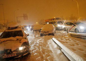 Conductores varados en una carretera de acceso a la autopista M-30 durante una fuerte nevada en Madrid, España, el 8 de enero de 2021. REUTERS/Susana Vera