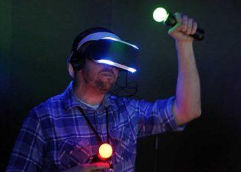 Un hombre juega con una demo de un juego de Project Morpheus, el casco de Sony de realidad virtual. REUTERS REUTERS/JONATHAN ALCORN