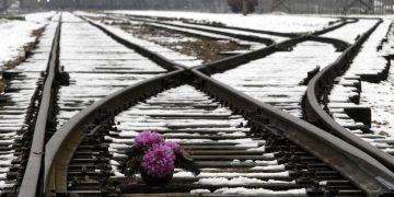 Flores frente al campo de concentración de Auschwitz. Reuters