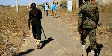 Oficiales de seguridad sudaneses en un campo de refugiados etíopes que huyeron de la región de Tigray por violación de derechos humanos.— Mohamed Nureldin Abdallah / REUTERS