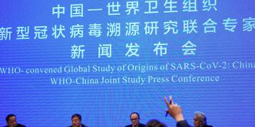 Equipo de la OMS en una conferencia de prensa en Wuhan hablando sobre el coronavirus