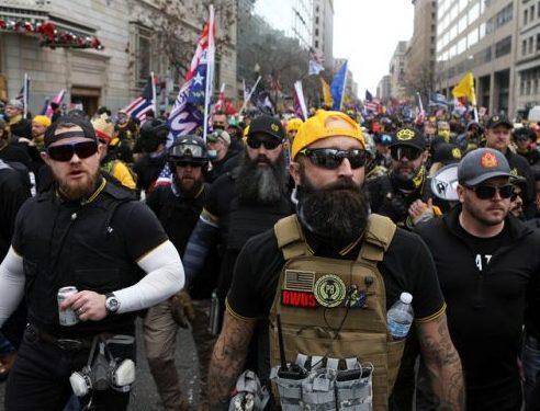 Proud Boys es un grupo de ultraderecha, conformado únicamente por hombres, conocido por iniciar enfrentamientos violentos en los actos políticos (REUTERS/Jim Urquhart)