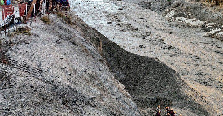 Rescatistas auxilian a heridos por el derrumbe en el Himalaya. Foto Reuters