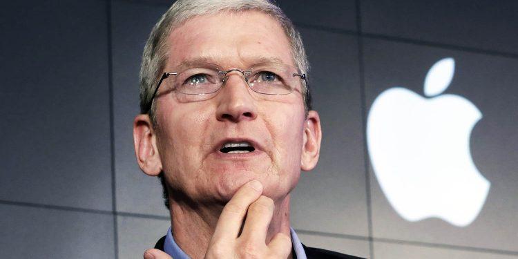 El CEO de Apple, Tim Cook, responde a una pregunta durante una conferencia de prensa. Foto: Reuters