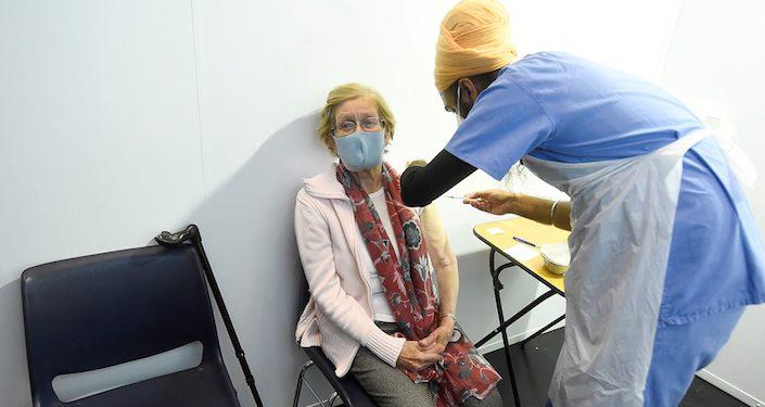 Administración de la vacuna contra la COVID-19. REUTERS