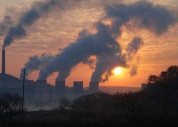 Vista general de las emisiones provocadas por una planta de carbón. REUTERS/Archivo