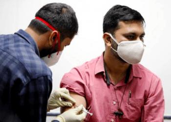 Administración de una vacuna experimental respaldada por India. (Reuters)