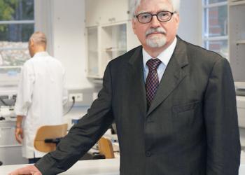 Winfried Stöcker inoculó su propia vacuna contra la COVID-19 a sus empleados
