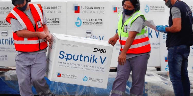 Descarga de cajas con vacuna Sputnik V en el Aeropuerto Internacional Ezeiza, en Buenos Aires (Argentina), el 28 de enero. En video, imágenes de la producción de la vacuna. REUTERS