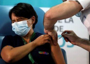 Inyección de la vacuna Sputnik V contra la enfermedad del coronavirus (COVID-19) en el hospital Dr. Pedro Fiorito de Avellaneda. Buenos Aires, Argentina 2020. REUTERS
